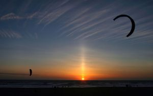 800px-Sun_pillar_and_kitesurfers