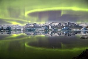 es9_james_woodend_aurora_over_a_glacier_lagoon_651